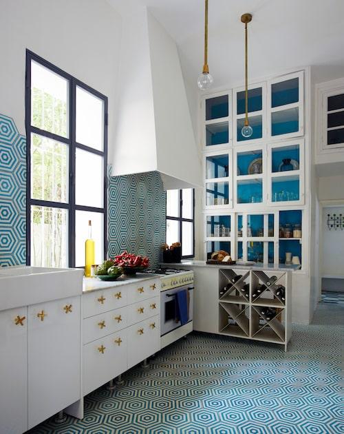 Uppåt väggarna. Köket är designat av Caitlin och Samuel, och har platsbyggda köksskåp med specialgjorda mässingshandtag. Samuel har även designat lamporna och låtit tillverka dem i Marrakech. Diskho från Ikea, kaklet på väggar och golv är Popham designs Hex target.
