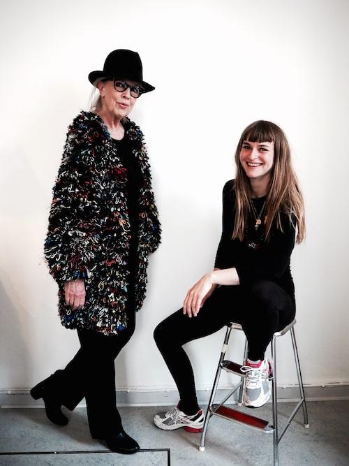 Danska författarinnan Suzanne Brøgger i stickat tillsammans med stickdesignern Lærke Bagger.