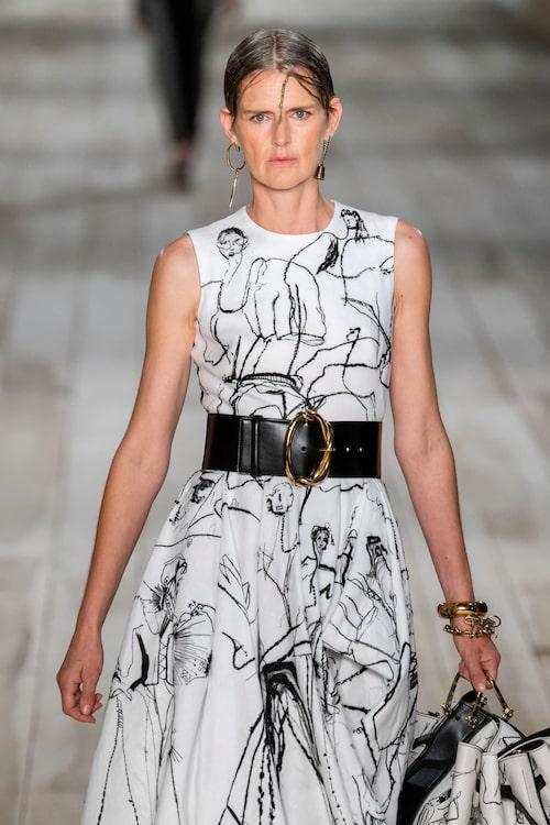 Stella Tennant på Alexander McQueen SS20 i klänning som gjorts i samarbete med Stitch School.