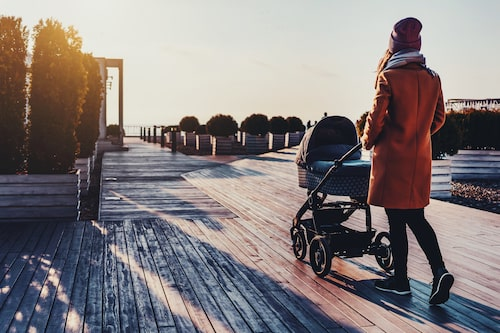 Ta det lugnt med träningen i början, tipsar barnmorskan. Det bästa är att börja med promenader och lättare träning.