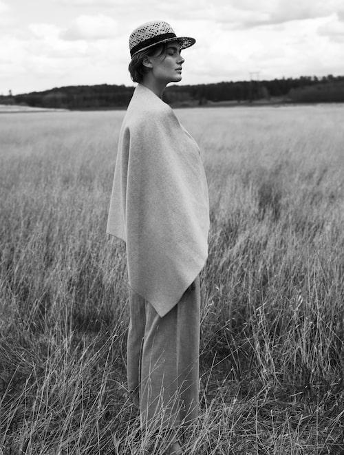 Stor sjal av ull/polyester,  499 kr, Lindex. Kostymbyxor av linne/polyester/bomull, 1 699 kr, Stylein. Bastvirkad keps, 399 kr, KN Collection