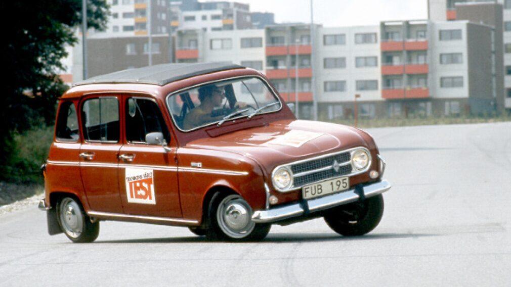Tung-gung i Fittja. Renault 4 bjöd på komfort i lingonklassen när den ställdes mot Fiat 127, Mini Clubman och Skoda 110 1973.