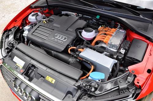 Elmotorn är vätskekyld, väger 34 kilo och sitter bakom bensinmotorns svänghjul. Bensinmotorn startas av elmotorn via en koppling. När bensinmotorn har samma hastighet som elmotorn låses kopplingen. Operationen går på tiondelar av en sekund.