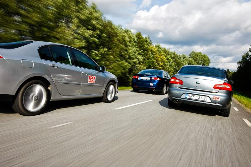 Renault Laguna 2,0 Dynamique, Honda Accord 2,0 Elegance och Skoda Superb 1,8 Ambition.