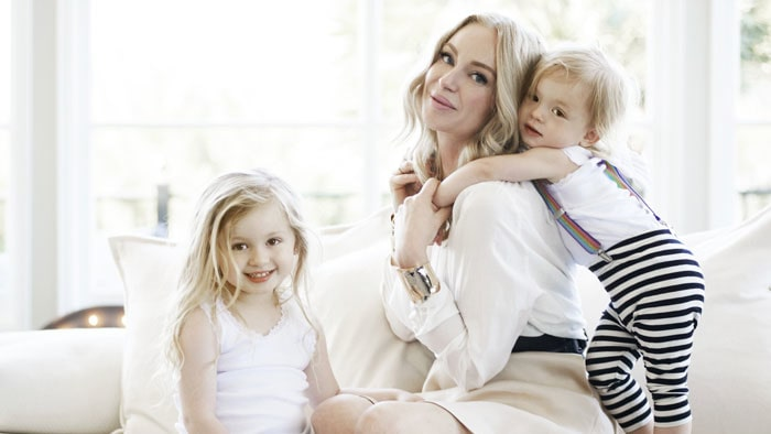 Isabel Adrian har döttrarna Monday Lily och Winter Rose med Steve Angello.