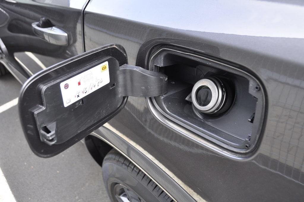 En vanlig syn hos Durango med Hemi V8-motor, öppet tanklock. Bensintanken rymmer 93 liter, är man fartglad rinner literna undan i raketfart.