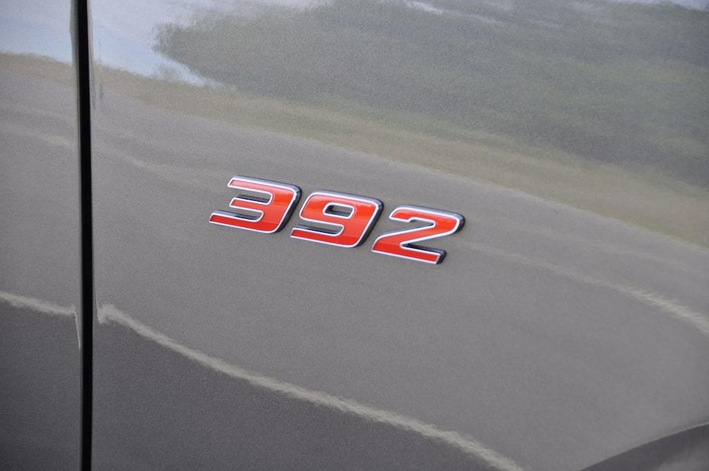 """Emblemet """"392"""" på framskärmarna står för motorns slagvolym i amerikansk kubiktum, cirka 6,4 liter. I princip det mesta är stort hos Durango."""