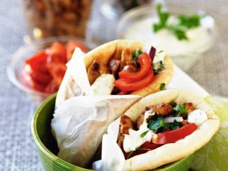 Gyros är populär snabbmat i Grekland. Den innehåller bland annat kryddat, tunt skivat kött som rullas in i pitabröd.