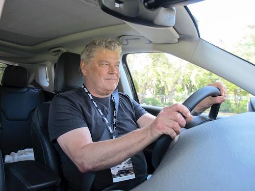 Nya Jeep Compass rullar stadigt och tyst – på den portugisiska asfalten.