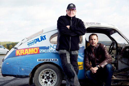 """Thomas Rådström, t v, var Roland """"Grus-Kalle"""" Brändströms elev i skolan och den ende som fick överta bilen. Jonas Brändström har skrivit bok om pappa."""