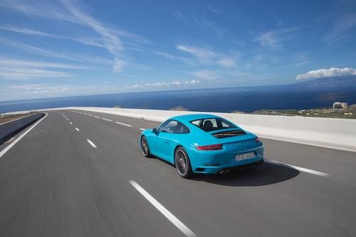 Motorluckan med vertikala ribbor och de nya bakljusen avslöjar halvnya 911 Carrera.