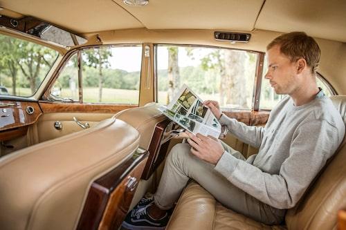 Även om baksätet är aningen trångt för en Rolls, så duger det såklart till att läsa Klassiska Bilar i!