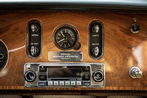 """Buddhisten Henning gav bilen namnet """"Nirvana"""", vilket står på plaketten på instrumentbrädan."""