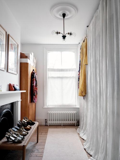 I huset finns ett helt rum dedikerat enbart till förvaring av kläder.