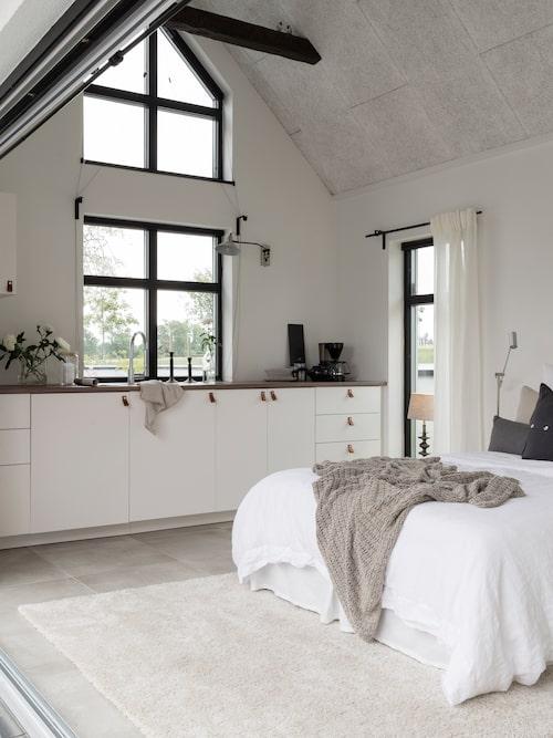 Gästhuset erbjuder besökarna skönt compact living, bekvämt med gott om förvaring och med poolen som vy utanför glasdörrarna.