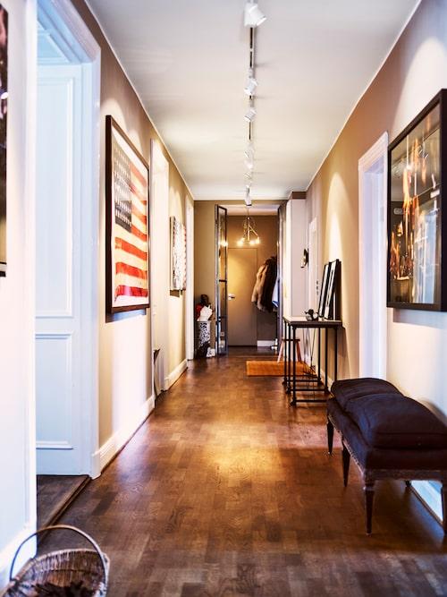 Den stora hallen i våningen är som ett konstgalleri med rum för flera av de fotografier Johan samlar på. Flaggan är köpt i en antikhandel på den amerikanska östkusten.