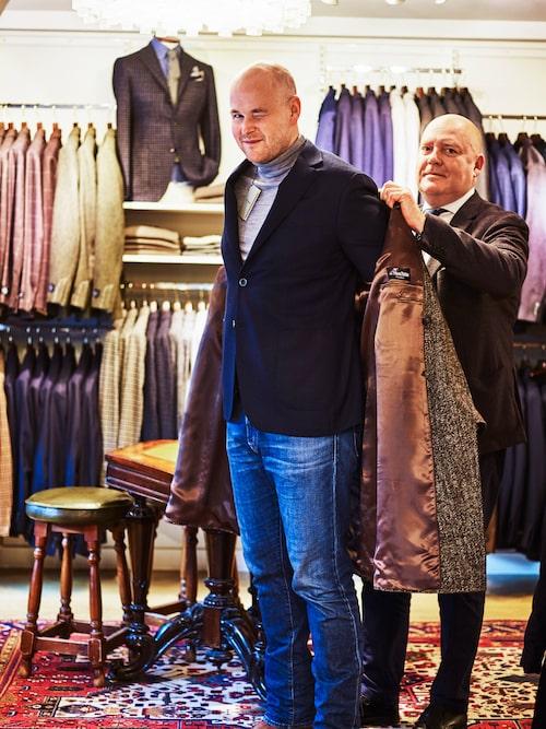 Allt annat än kort i rocken. Johan handlar det mesta av sin garderob hos Hans Allde. Här får han hjälp av Lars Allde.