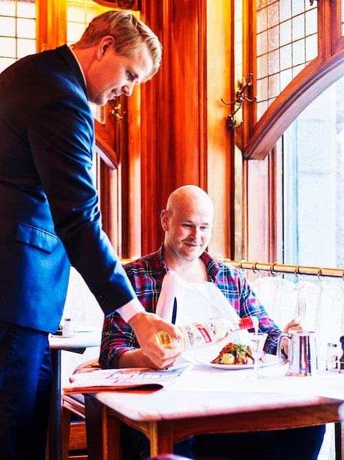Familjebanden är starka hos Jureskogs. På Operabaren blir Johan serverad av lillebror Ludvig, källarmästare på det anrika vattenhålet.