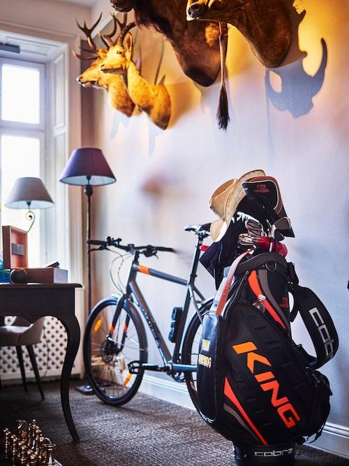 I arbetsrummet syns flera av Johans intressen: golf, jakt och cykling. Två av jakttroféerna är köpta på Lauritz, två av dem har svärfar Håkan Fällman fällt.