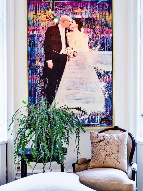 På ena väggen i det stora, ljusa köket hänger bröllopsbilden  på Paulina och Johan i personlig tolkning av Anthony Skaff, känd för sin gatukonst under taggen Hookboy.