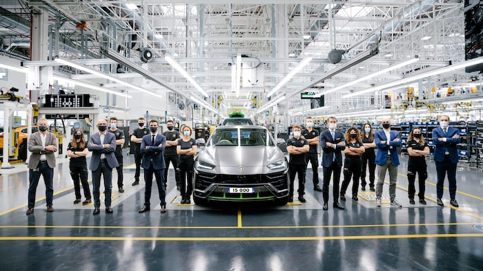 Och så här såg det ut när Lamborghini Urus nr 15 000 rullade av produktionsbandet alldeles nyligen.
