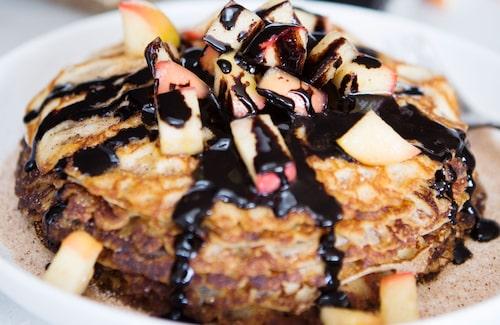 Häll chokladsåsen och äpplena på pannkaksstapeln och servera som pannkakstårta.