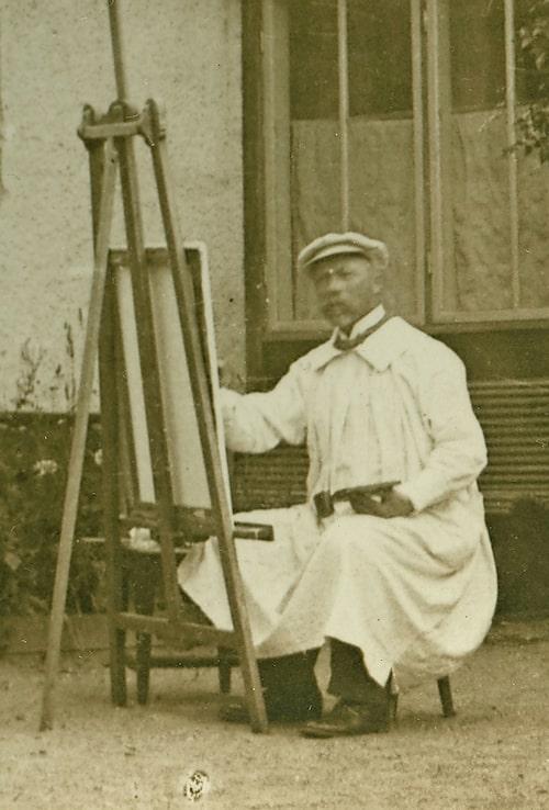 En äldre Carl Larsson fotograferad utanför Lilla Hyttnäs. Huset i Sundborn hade en avgörande betydelse för honom som konstnär.