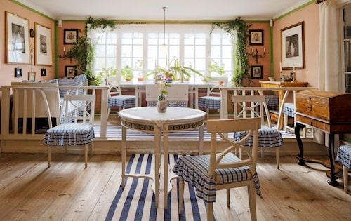 Det ljusa förmaket har sedan det publicerades i Ett hem betraktats som det mest svenska av alla rum. Möblerna är från 1700-och 1800-talen, och inredningen gustaviansk i atmosfären.