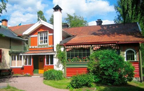1899 kunde den nya ateljén invigas, den gulputsade utbyggnaden till vänster om entrén. Den var vid tiden en av Skandinaviens största ateljéer, specialbyggd för att kunna utnyttjas för stora väggmålningar.