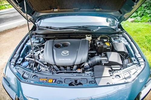 Tvålitersmotorn saknar fortfarande turbo men har nu cylinderavstängning och mildhybridsystem.