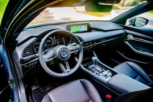 Sparsmakat och logiskt. Mazda kör en strategi där interiören inte ska ta fokus från körningen.