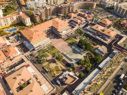 I Playa del Inglés finns shoppingcentrumet Yumbo som har affärer och nattklubbar.