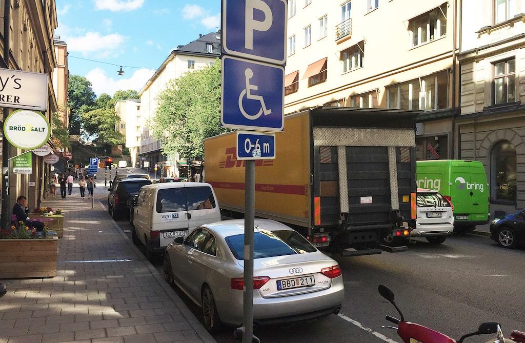 Troligtvis en fuskare som parkerat längs Rådmansgatan i Stockholm.