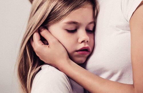 Det skär i mamma-hjärtat när barnet är sjukt, men det finns sätt att lindra hostan.
