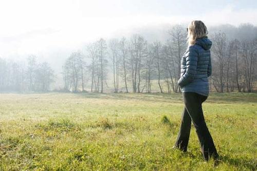 Försök att få in fler promenader i vardagen. Det gör dig gott!