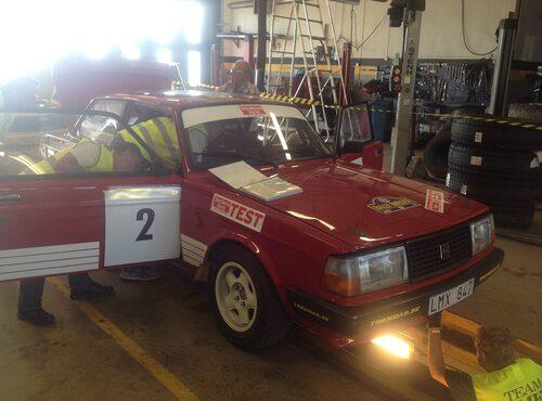 Under fredagskvällen besiktades bilen inför morgondagens rally.