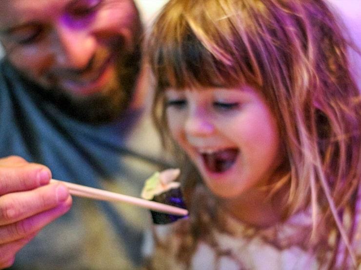 """""""Jag trodde inte jag gillade sushi"""". I någon av Stockholms saluhallar kan ni testa nya smakupplevelser."""