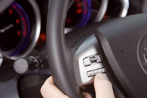 Cross Funcional Network sköter många olika funktioner via en knapp på ratten.