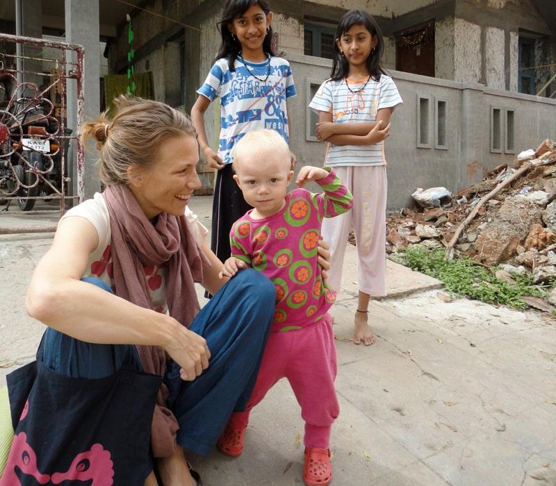 För indiska kvinnor och flickor som ännu inte fött barn betyder det tur och lyckosam fertilitet att hålla ett vitt barn, som blonda lilla Alma.