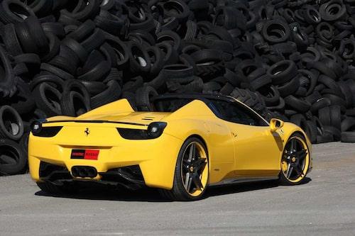 Inuti bilen märker den som kört Ferrari 458 Spider nya inslag av kolfiber och specialsydd läderinredning.
