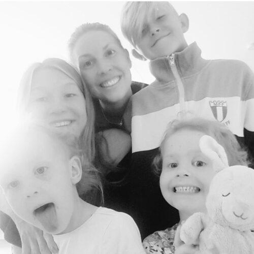 Malin med barnen Moa, 13, Milton, 11, och tvillingar Meia och Molli, 4.
