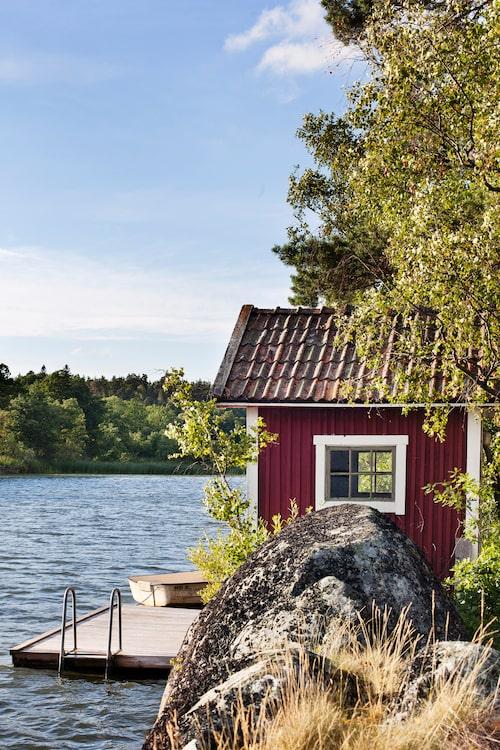 Vid sjön Orlången har Mimi och Bengt både brygga och sjöbod.