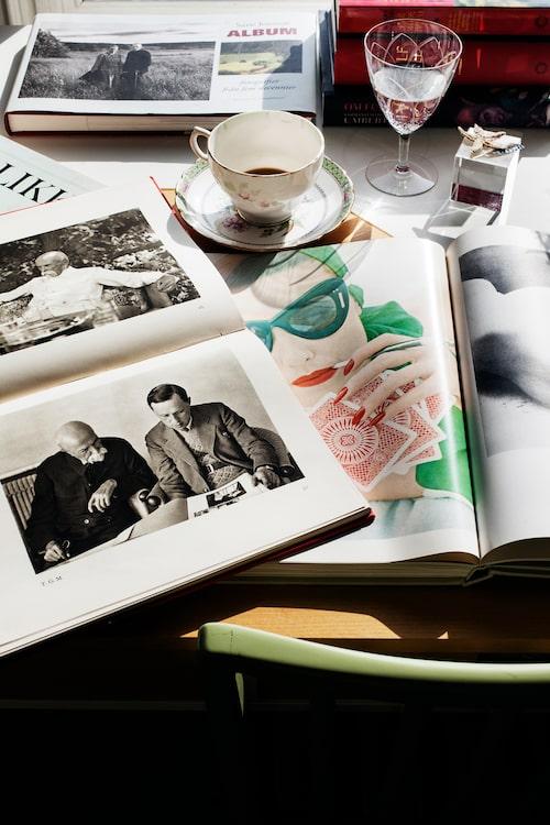 Ett av Mimis intressen är fotografi. På bordet ligger bland annat böcker med fotografier av Sune Jonsson och Irving Penn.