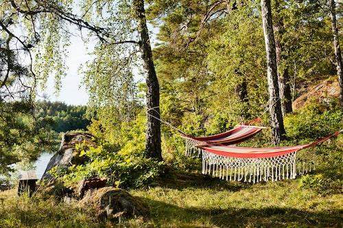 Skönt sommarhäng ute på udden. Hängmattor från Åhlens.
