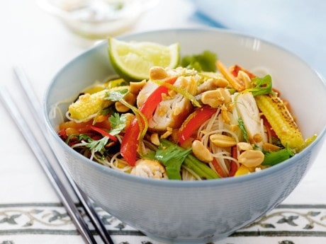 Recept på thailändsk nudelsallad med kyckling och jordnötssås.