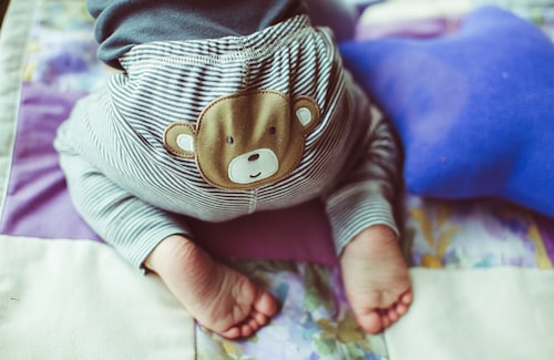 En del bebisar bajsar så sällan som var tionde eller var fjortonde dag. Andra barn bajsar sex eller åtta gånger per dag …