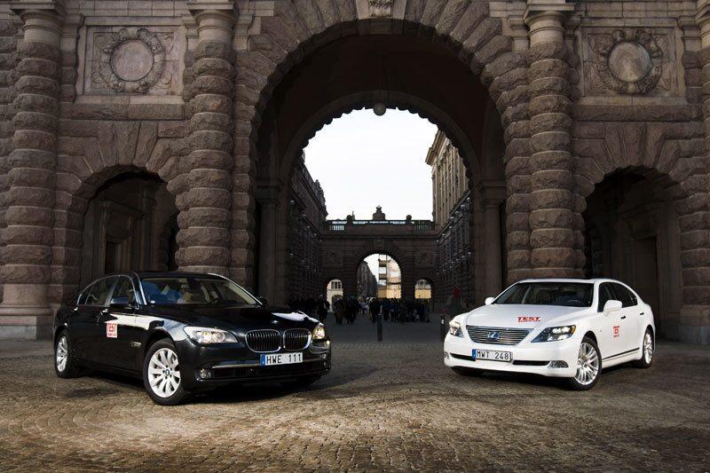 BMW 750Li och Lexus LS 600h L utanför Rosenbads pampiga entré.