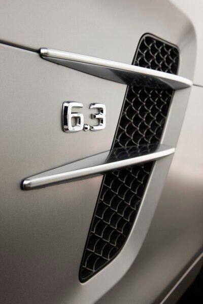 Luftslitsarna hälsar tydligt till ursprungsmodellen 300 SL.