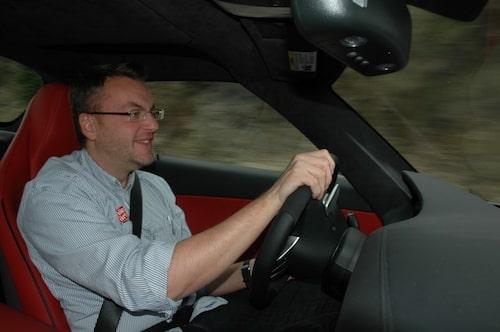 1,6 tons tjänstevikt, 571 hästkrafter och 317 km/h i toppfart är orsaken till Hans Hedbergs breda leende. Mercedes nya måsvinge är helt enkelt en klassisk sportvagn.