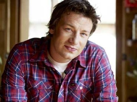 <p>Jamie Oliver gjorde sig ett namn som &quot;den nakna kocken&quot; i Storbritannien. Nu arbetar han mycket med att f&ouml;r&auml;ndra familjers matvanor.</p>